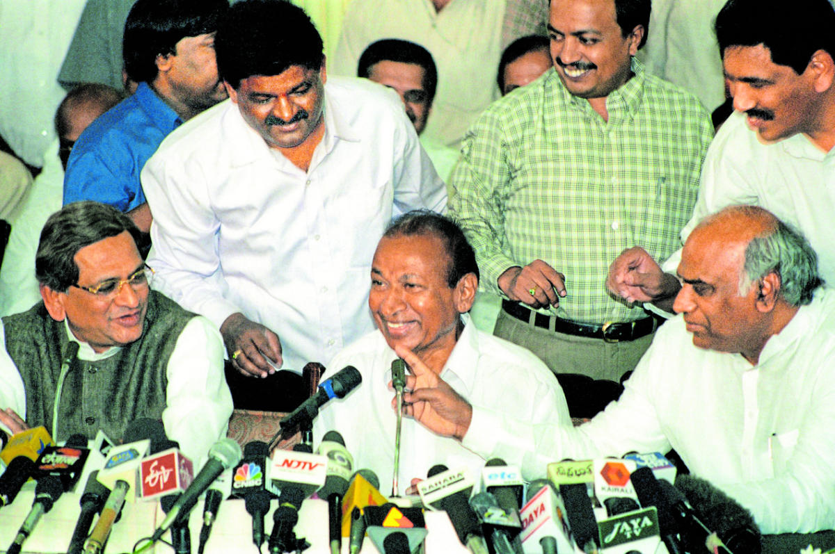 Actor Rajkumar addresses a press conference at Vidhana Soudha in Bengaluru after he was released from the clutches of forest brigand Veerappan in 2000. The then chief minister S M Krishna and minister Mallikarjuna Kharge look on. DH file photo