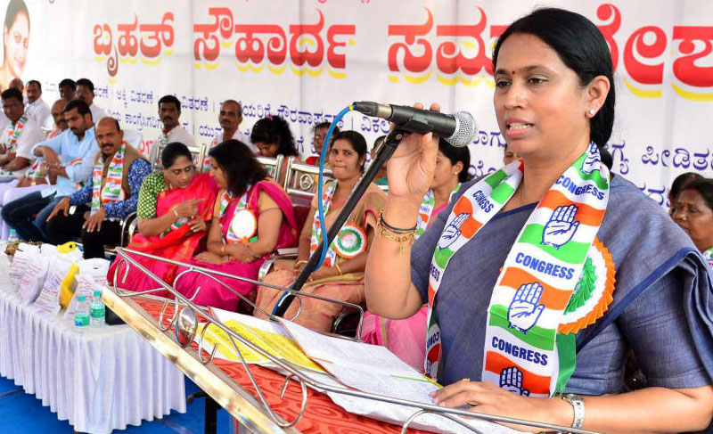KPCC women wing President Laxmi Hebbalkar speaks after inaugurates the samavesha at Kavoor outskirt of Mangaluru. DH file photo.
