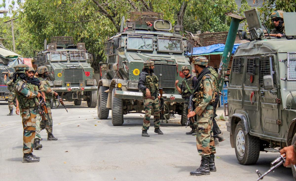 Army personnel block roads during cordon and search operation (CASO) of eighteen villages, at Pulwama on Monday, Sept 3, 2018.(PTI Photo)