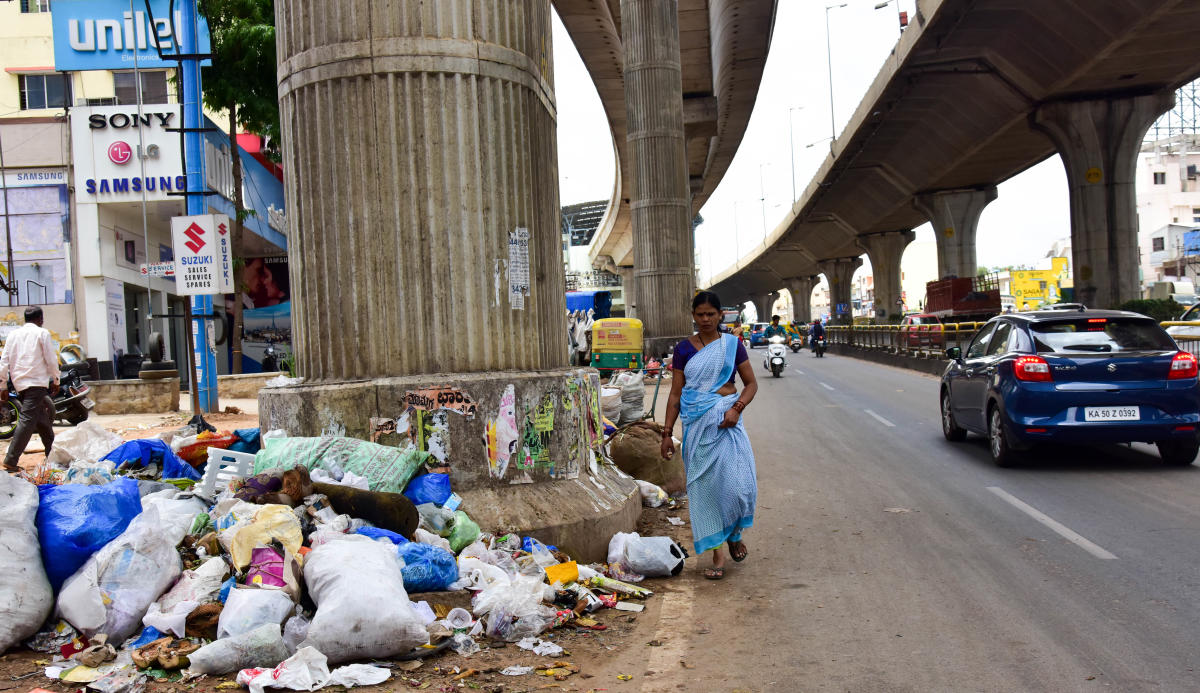 Unclear garbage at T Dasarahalli, NH4, Tumkur Road, in Bengaluru on Tuesday 19.06 2018. (DH Photo/ B H Shivakumar)
