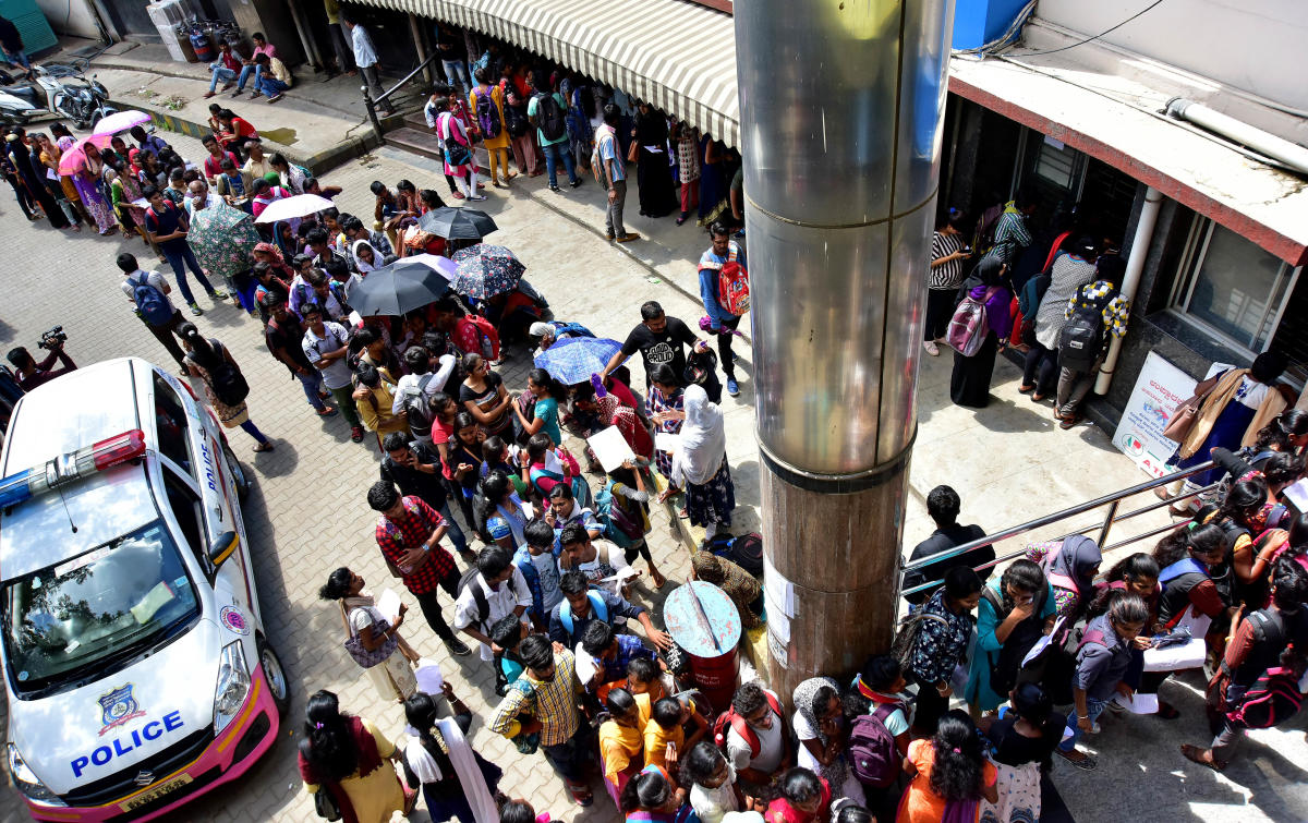 A serpentine queue of students at the Majestic terminal. (DH Photo/Ranju P)