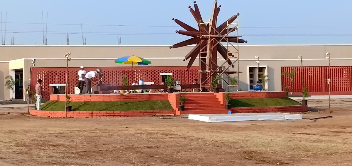 Final touches being given to the giant charkha. DH Photo by Mrityunjay Bose