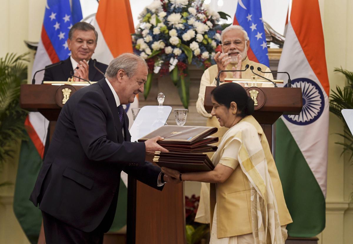 External Affairs Minister Sushma Swaraj and Uzbek Foreign Minister Abdulaziz Kamilov exchange documents as Prime Minister Narendra Modi and Uzbek President Shavkat Mirziyoyev look on, at Hyderabad House in New Delhi, Monday, Oct 01, 2018. (PTI Photo)