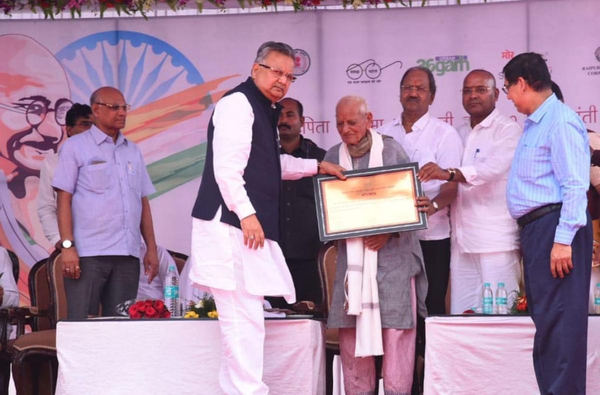 Chhattisgarh Chief Minister gives the maiden Mahatma Gandhi award to Dr Prabhudutt Kheda, in Raipur on Tuesday. DH PHOTO