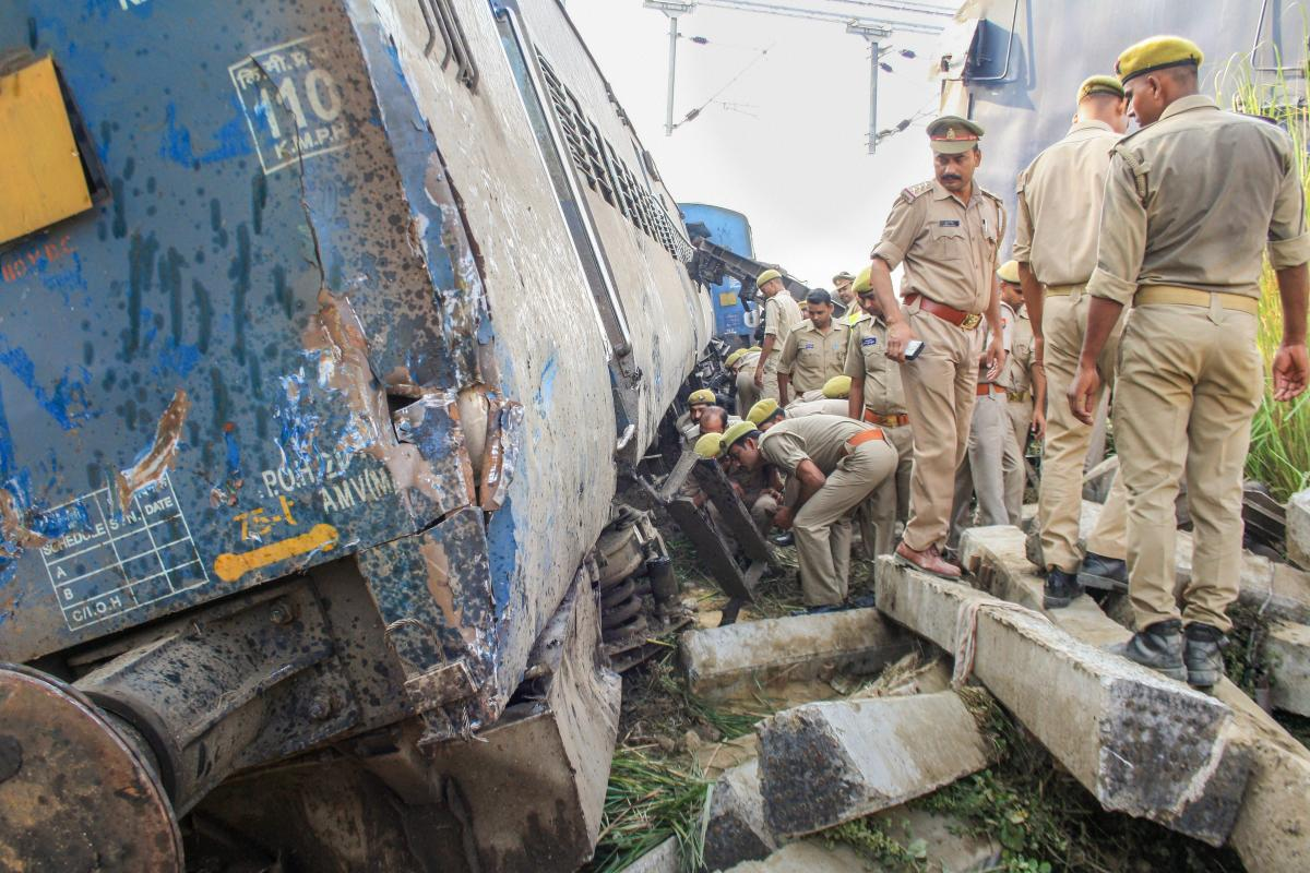 Senior officials said that the signal inspector and the electrical signal maintainer were suspended to facilitate the probe.