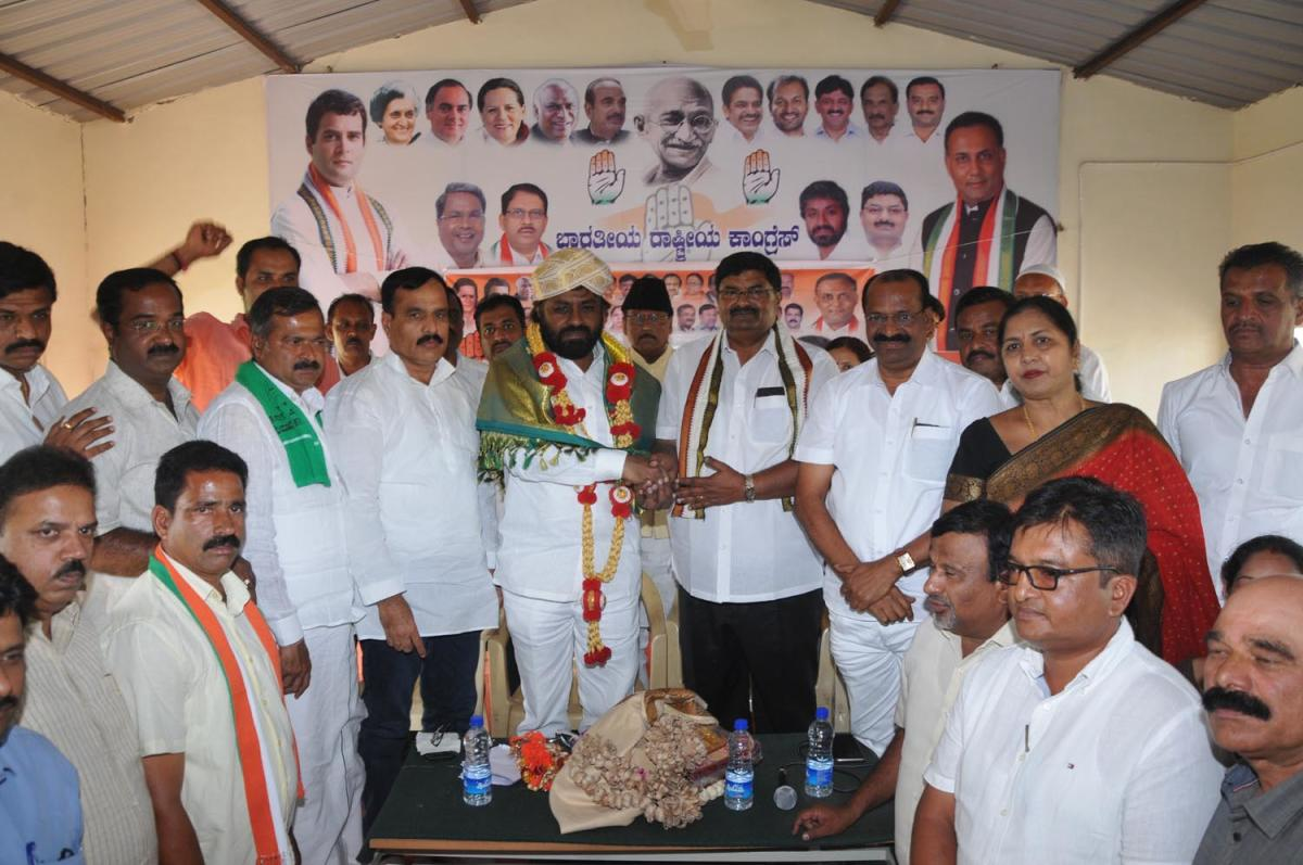 KPCC working president Eshwar Khandre was felicitated during his visit to Congress office in Chikkamagaluru on Sunday.