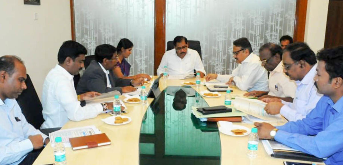 Deputy Chief Minister G Parameshwara discussing the precautionary measures to check the spread of the H1N1 virus in the state with mayor Gangambike Mallikarjun, officials of the health department and Bruhat Bengaluru Mahanagara Palike (BBMP) on Sunday.
