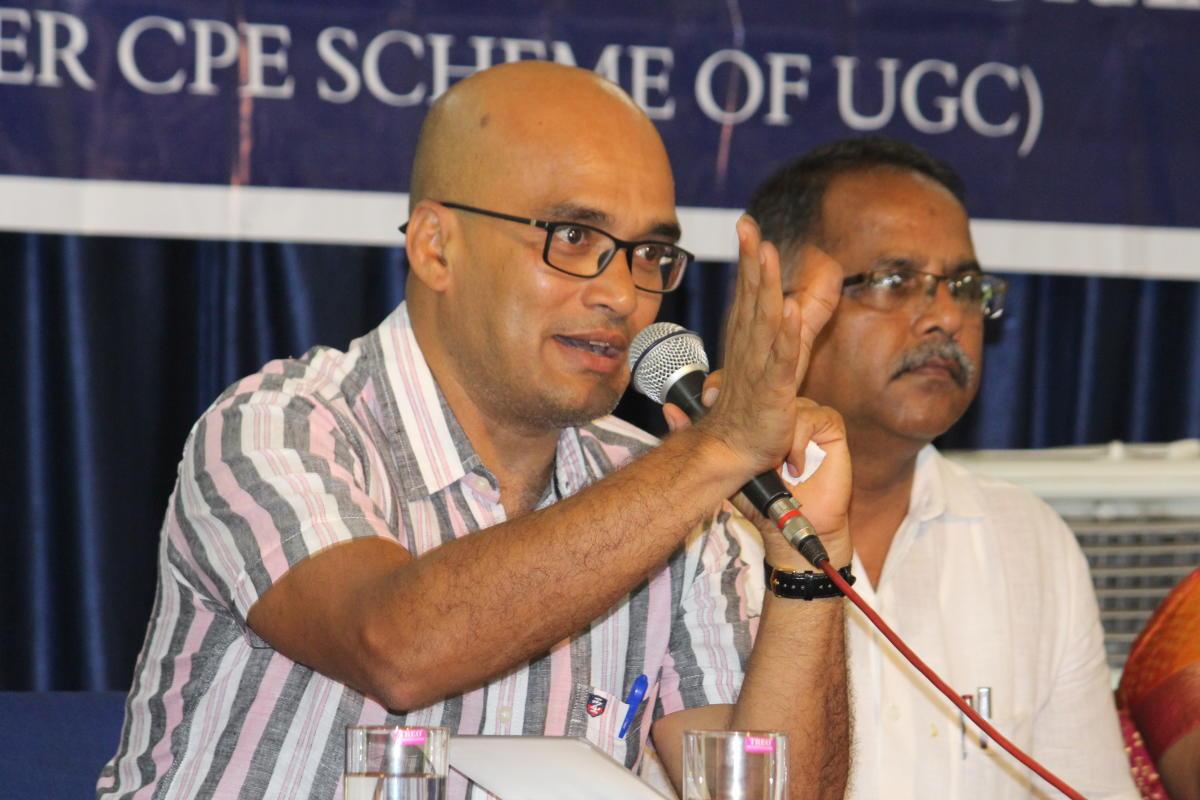 Writer Vasudhendra speaks during an interaction programme organised at University College in Mangaluru.