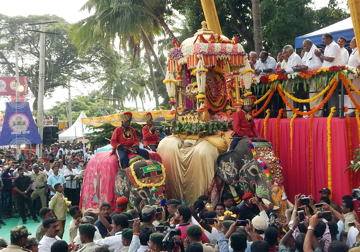 Chief Minister H D Kumaraswamy offers floral tributes to the idol of Chamundeshwari mounted atop elephant Abhimanyu as part of Dasara at Srirangapatna, Mandya district on Tuesday.