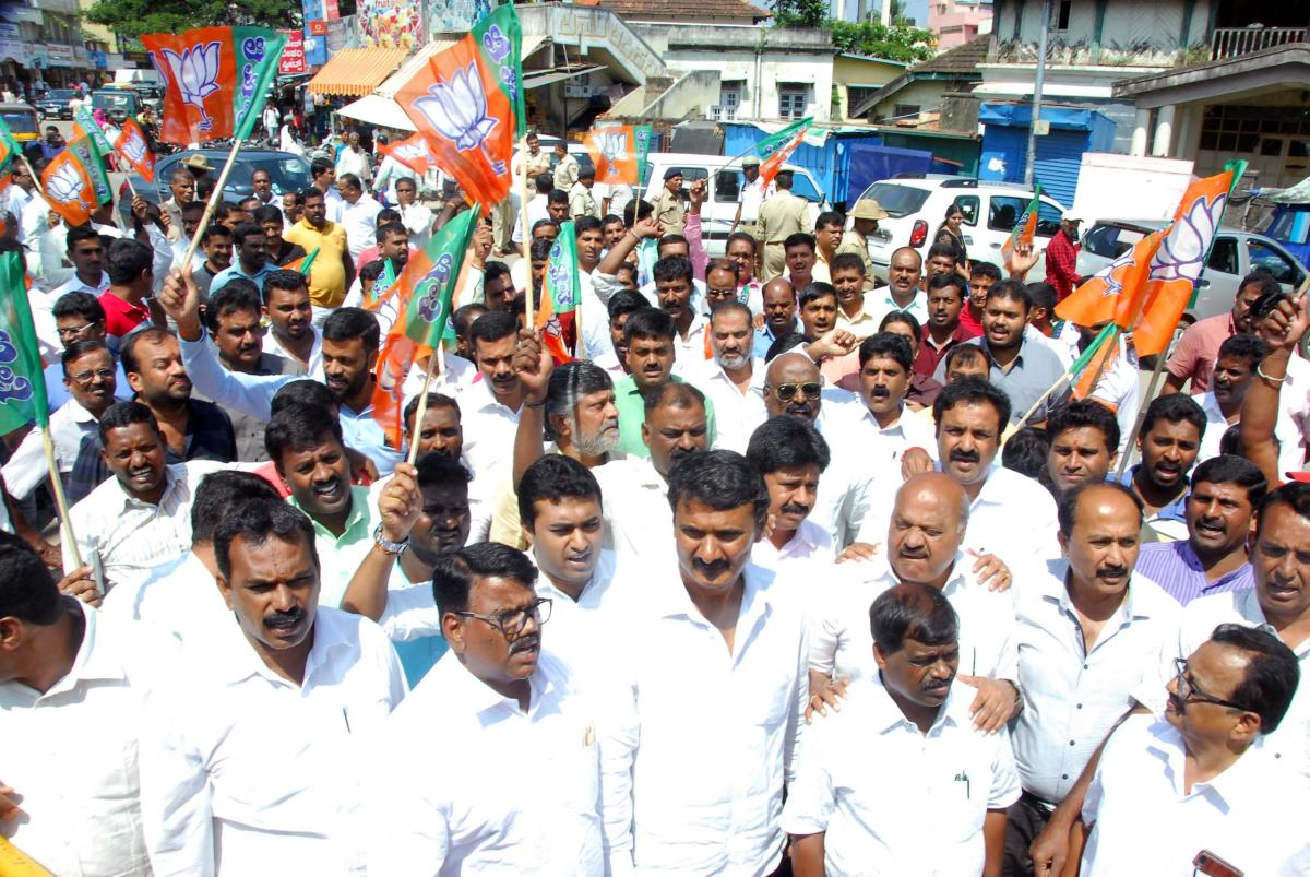 BJP leaders and workers stage a protest at Azad Park Circle in Chikkamagaluru.