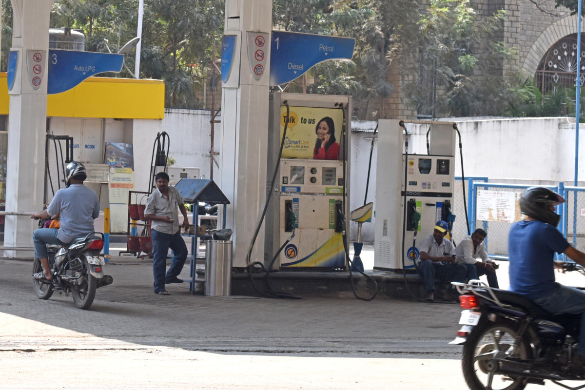 State oil marketing companies have frozen the rates of petrol and diesel for the past seven days. DH File Photo/S K Dinesh