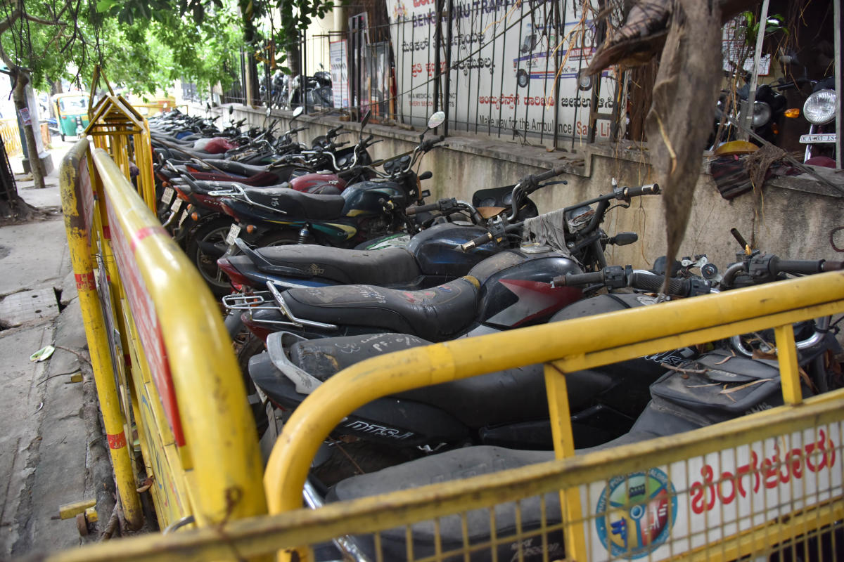 Seized vehicles in front of Yeswanthpura traffic police station in Bengaluru.DH file/ Janardhan B