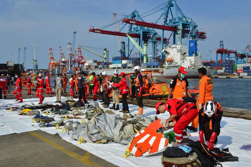 Rescue team members arrange the wreckage, showing part of the logo of Lion Air flight JT610, that crashed into the sea, at Tanjung Priok port in Jakarta, Indonesia, October 29, 2018. (Reuters Photo)