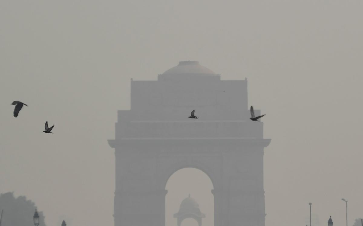 A general view of India Gate monument during heavy smog conditions in New Delhi on October 25, 2018. - Smog levels spike during winter in Delhi, when air quality often eclipses the World Health Organization's safe levels. Cooler air traps pollutants -- su