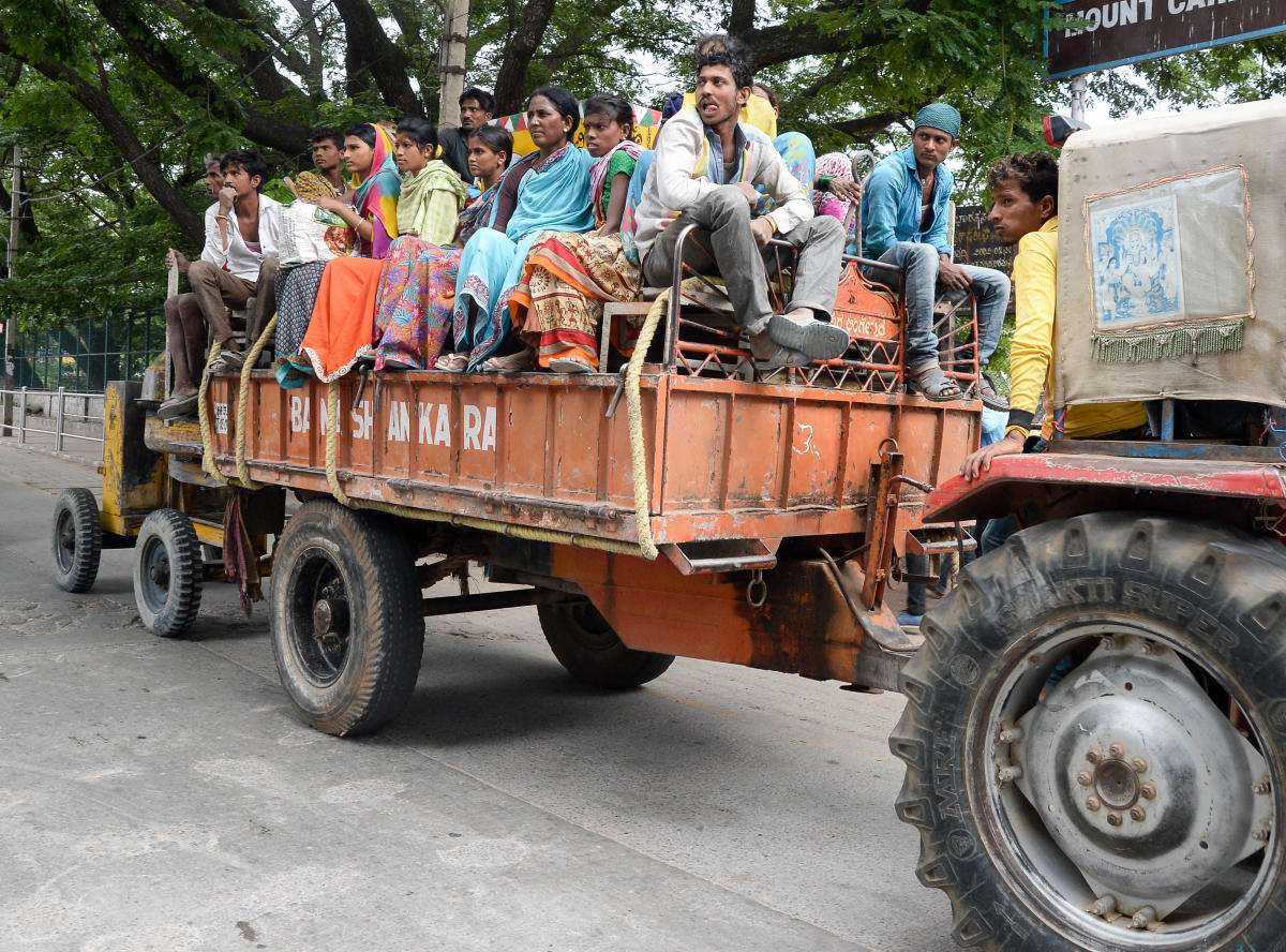 Migrants working as construction workers in the city. DH PHOTO/Satish Badiger