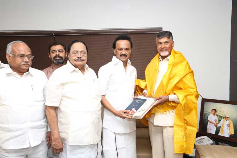 TDP Chief N Chandrababu Naidu is being received by DMK President M K Stalin in Chennai on Friday. (DH Photo)