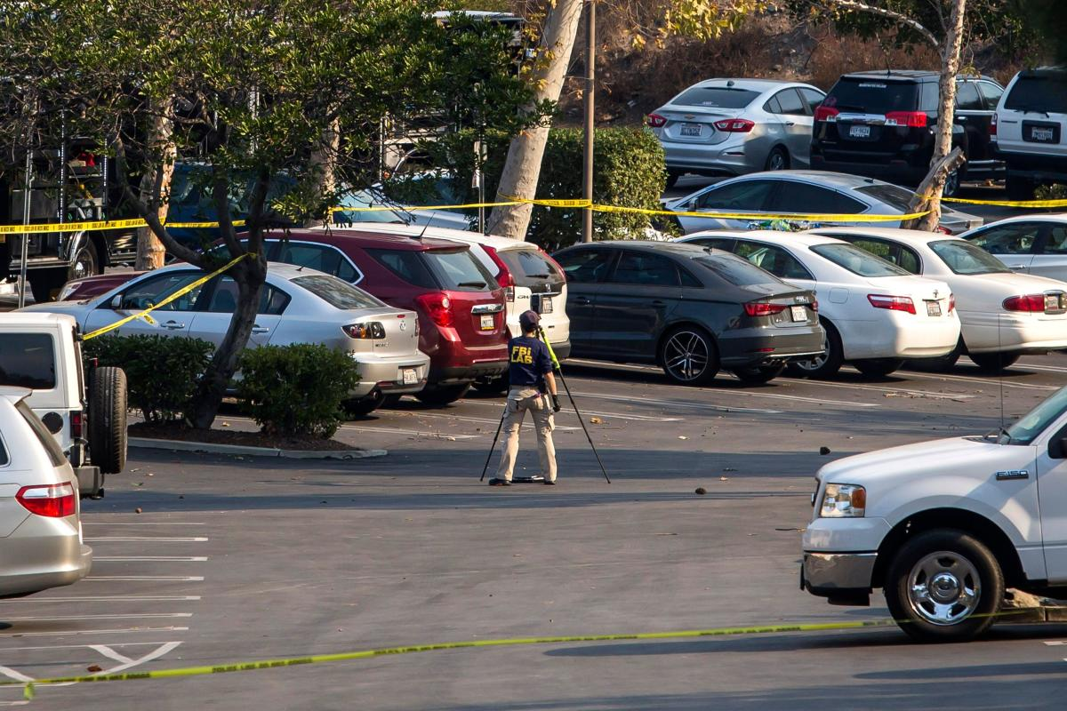 An FBI agent works at the Borderline Bar and Grill's parking lot in Thousand Oaks, California. AFP photo