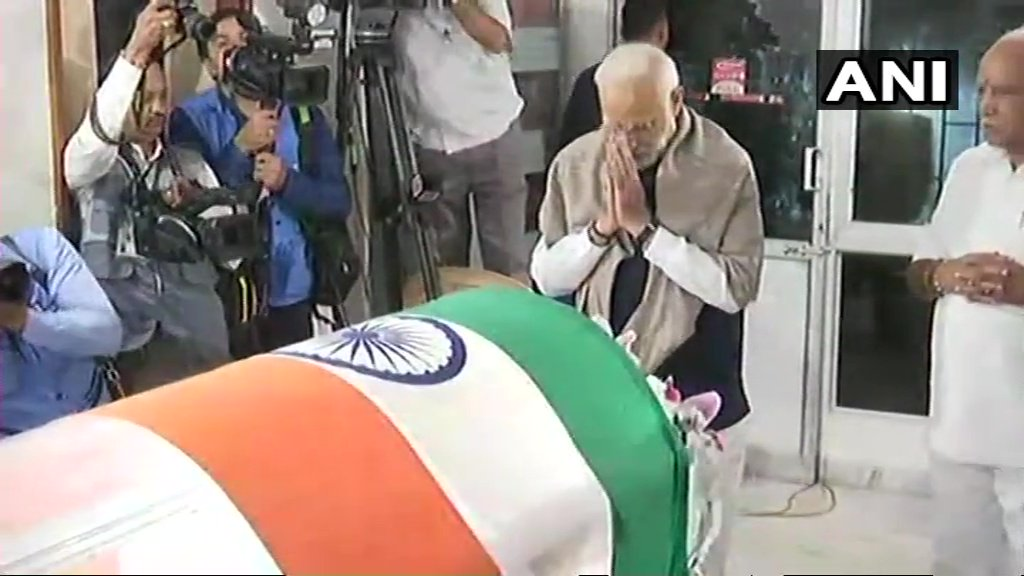 Prime minister Narendra Modi pays last homage to his cabinet colleague Ananth Kumar in Bengaluru. (ANI Photo)
