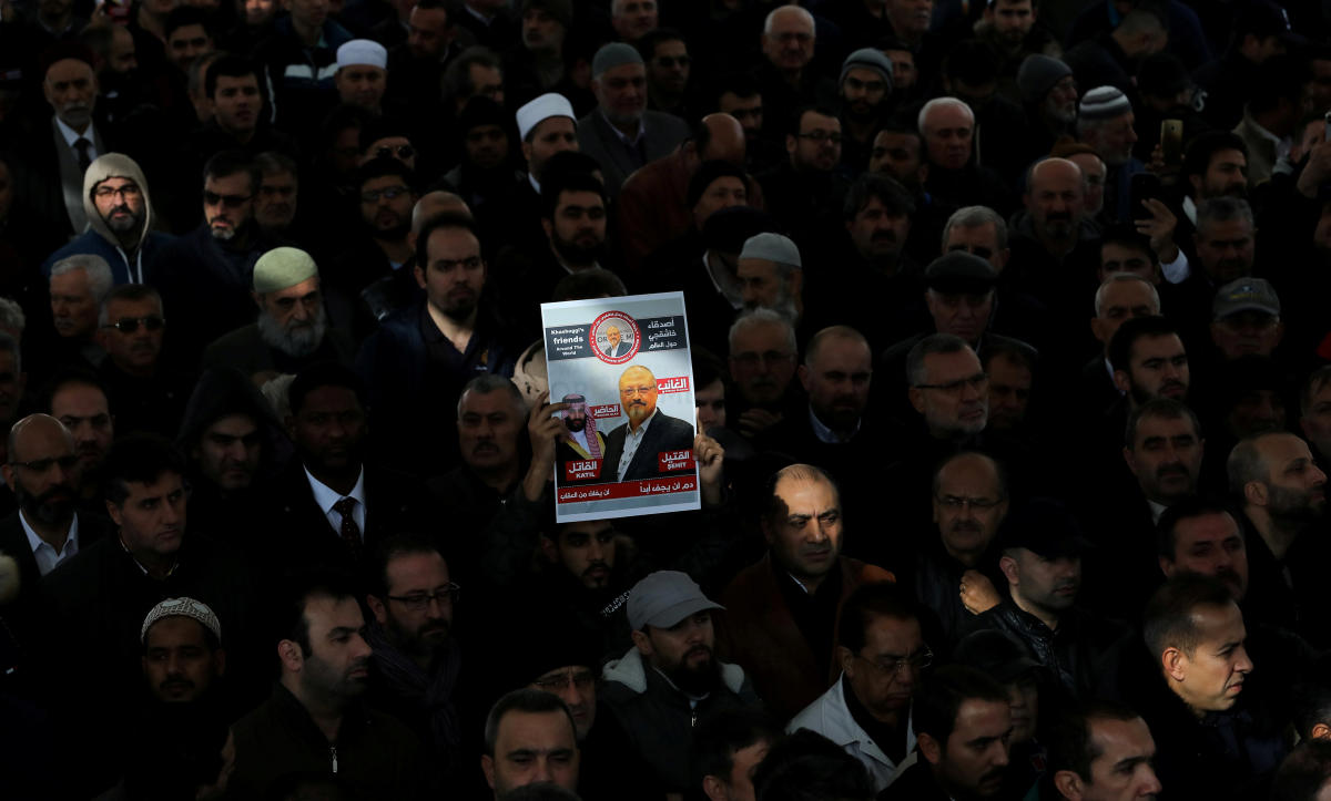 People attend a symbolic funeral prayer for Saudi journalist Jamal Khashoggi at the courtyard of Fatih mosque in Istanbul, Turkey November 16, 2018. (REUTERS)