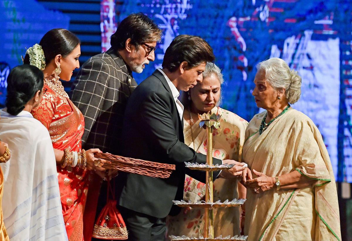 Kolkata:Bollywood actors Amitabh Bachchan, Shahrukh Khan, Jaya Bachchan, Waheeda Rehman, Rituparna Sengupta and West Bengal Chief Minister Mamata Banerjee during inauguration of '24th Kolkata International Film Festival' in Kolkata, Saturday, Nov10,2018.