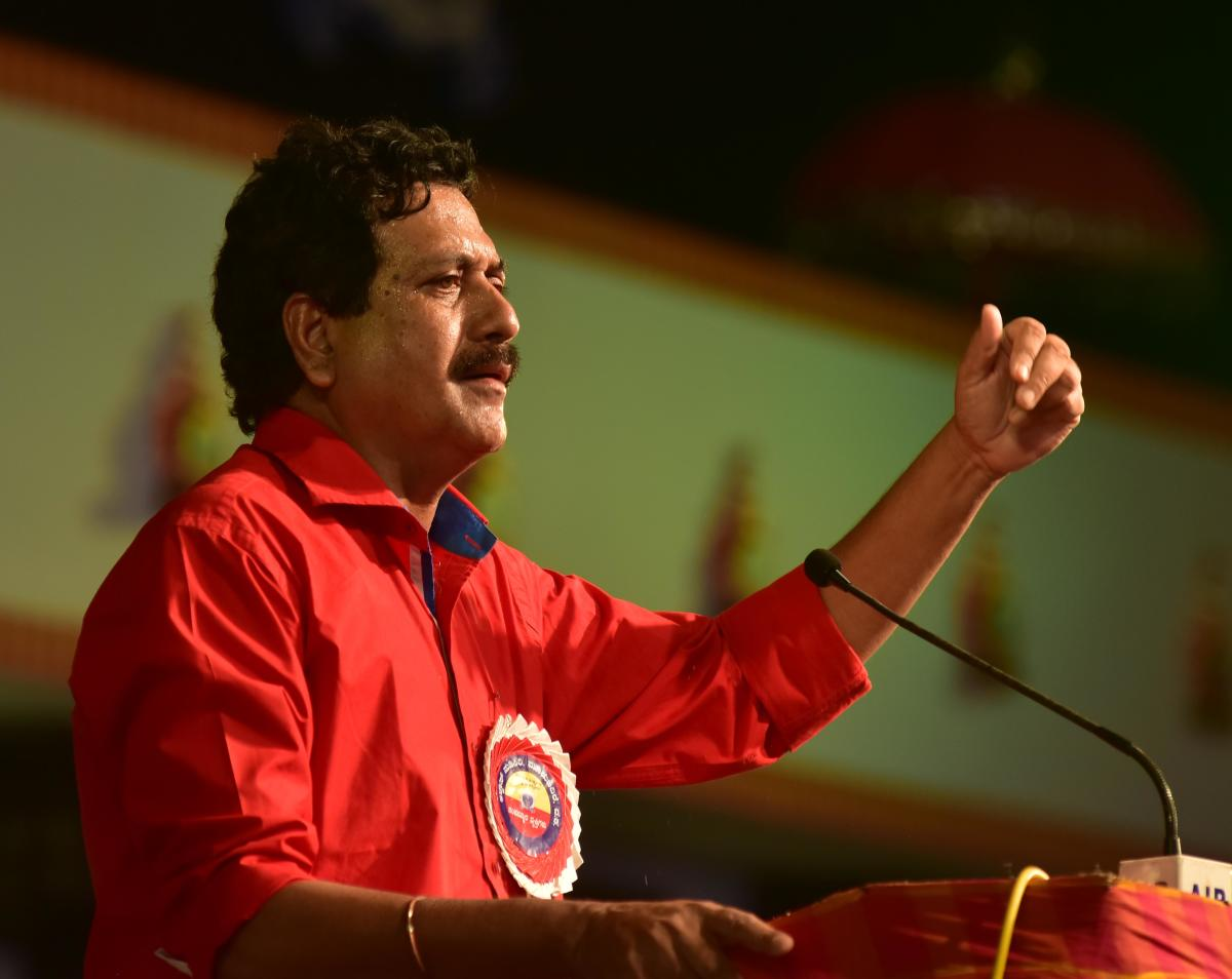 Former MLA Y S V Datta delivers a lecture on Akhanda Karnataka on the second day of Alva's Nudisiri in Moodbidri on Saturday.