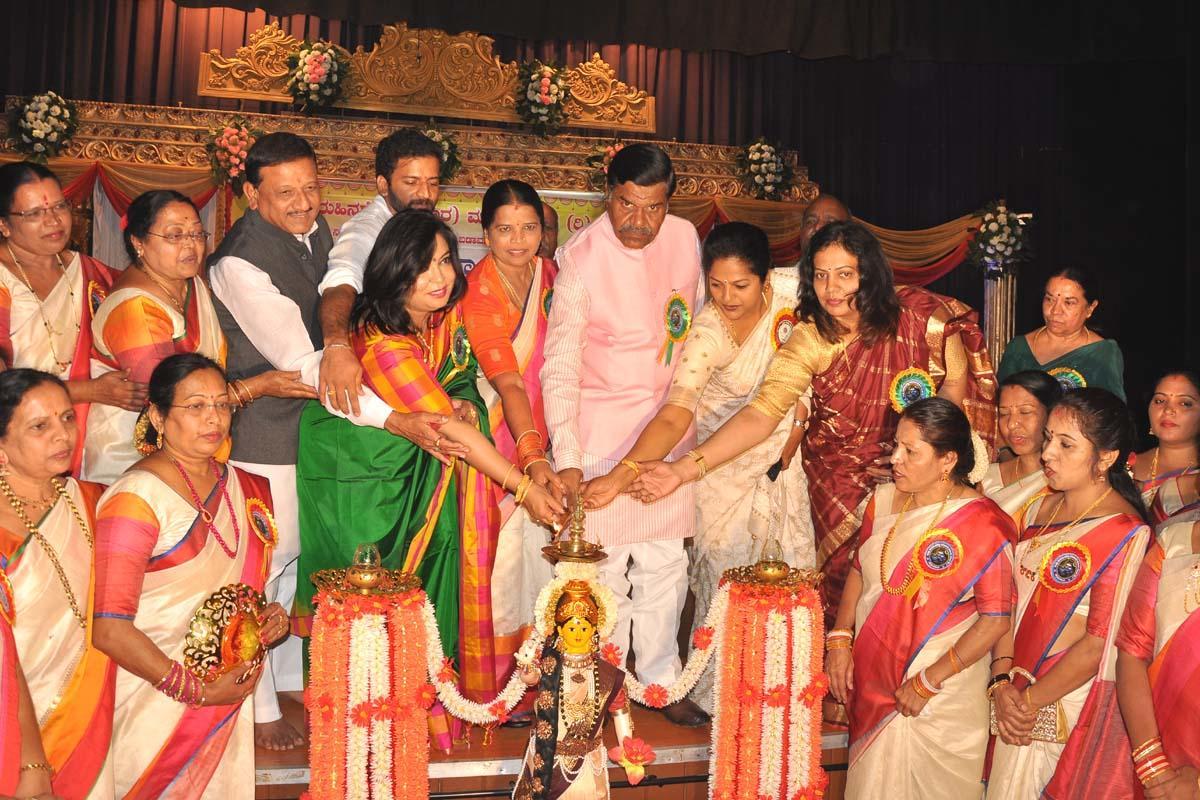 Former minister Mallikarjuna Nagappa inaugurates the annual day programme and Prathibha Puraskar award ceremony organised by the Zilla Kuruhina Shetty (Nekara) Mahila Sangha in Chikkamagaluru on Sunday.