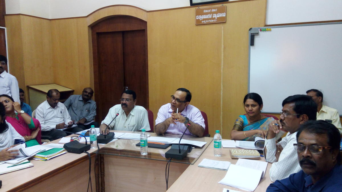 District In-charge Secretary Rajeev Chawla chairs a meeting in Chikkamagaluru on Saturday. Deputy Commissioner Srirangaiah is also seen.
