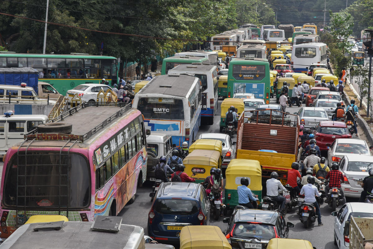 Choc-a-Bloc: Traffic snarls at Sheshadri Road following the farmers' protest march on Monday. DH Photo/S K Dinesh