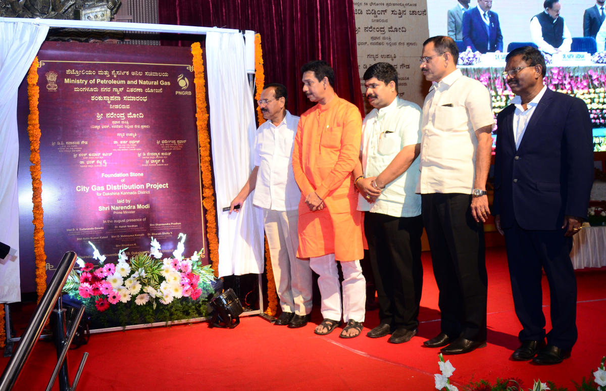 Union Minister for Statistics and Programme Implementation D V Sadananda Gowda seen unveils the plaque for GAIL (India) Limited's CGD (city gas distribution project) project in Dakshina Kannada district, at Town Hall in Mangaluru on Thursday.