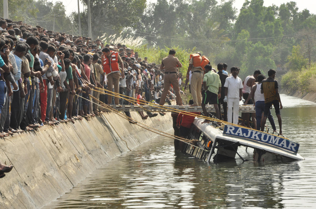 Police, Fire and Emergency personnel in action to lift the private bus which plunged into Visvesvaraya canal at Kanaganamaradi in Padavapura taluk of Mandya district on Saturday.