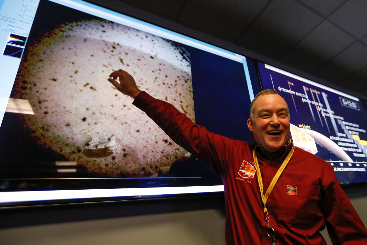 Project manager Tom Hoffman points to the first picture sent back to earth from Mars by the spaceship InSight at NASA's Jet Propulsion Laboratory (JPL) in Pasadena, California, US, November 26, 2018. (Al Seib/Pool via Reuters)
