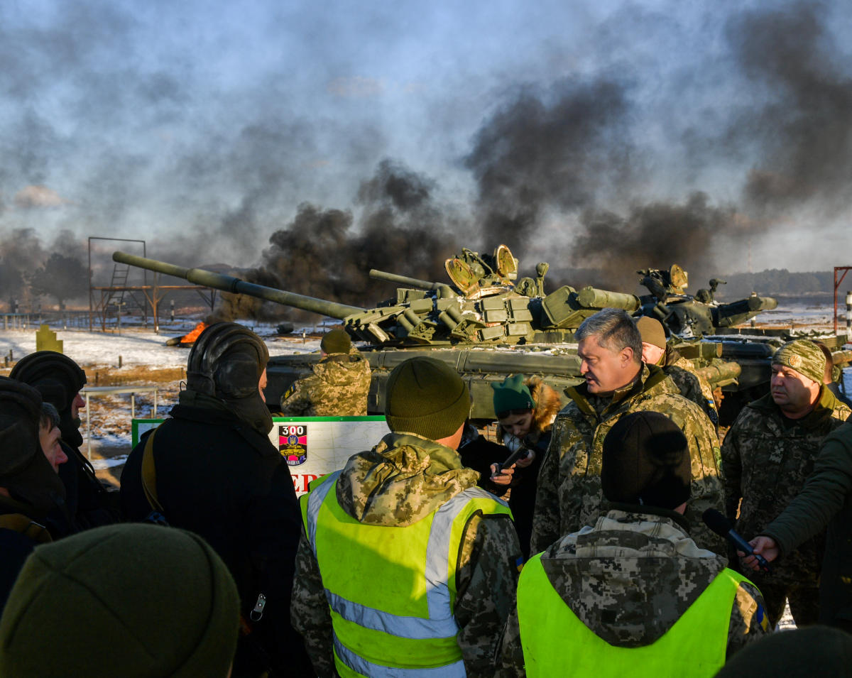 """Ukraine's President Petro Poroshenko (2nd R) meets with servicemen as he visits the 169th training centre """"Desna"""" of the Ukrainian Army ground forces in Chernihiv Region, Ukraine November 28, 2018. Reuters"""