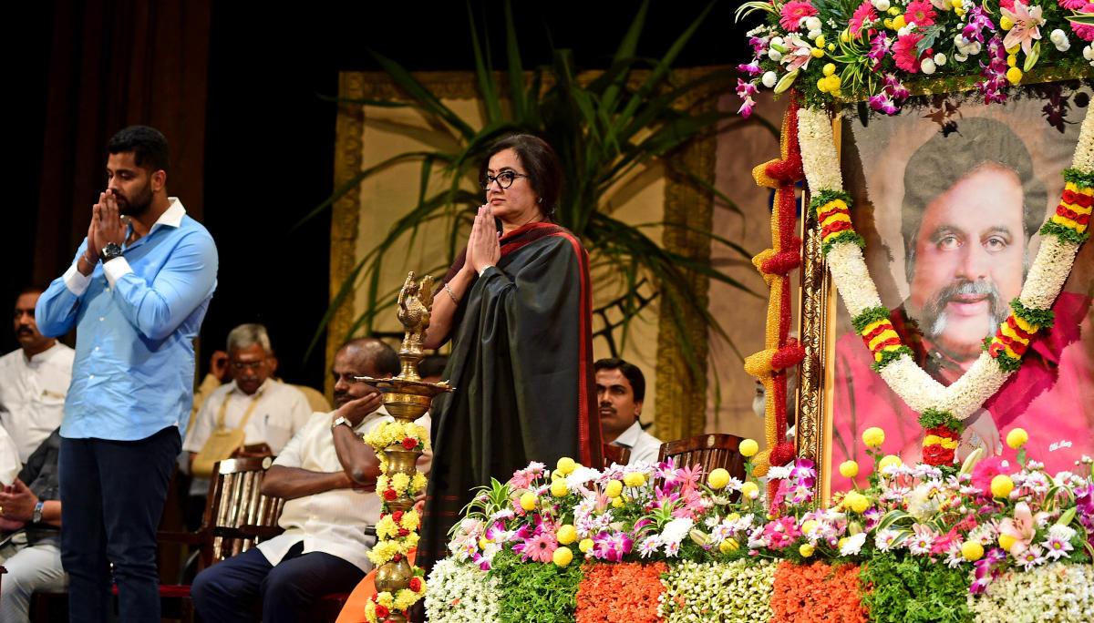 Abhishek Gowda and Sumalatha, son and wife of late actorAmbareesh at a condolence meeting organised by KarnatakaFilm Chamber of Commerce in Bengaluru on Friday. ChiefMinister H D Kumaraswamy is seen. DH PHOTO