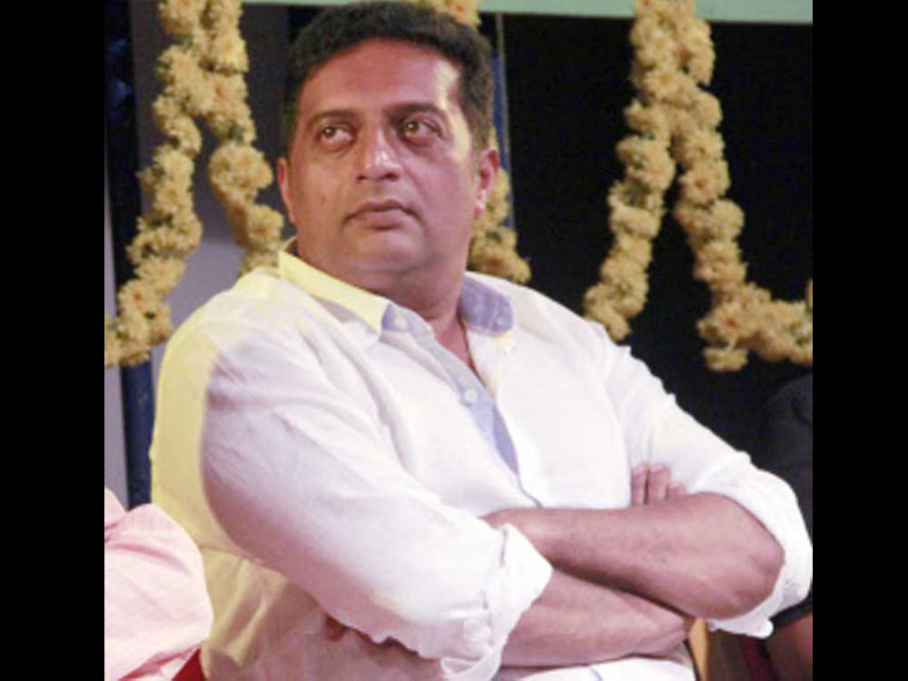 Hindu Jagarana Vedike members attempted to enter the hall where actor Prakash Rai was a chief guest of the programme.