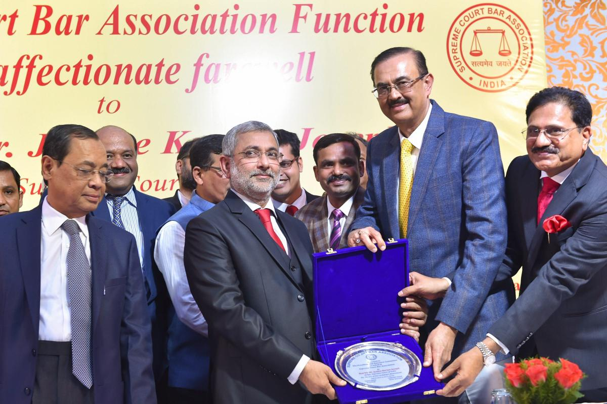Justice Kurian Joseph being presented a memento by the members of Bar Council as Chief Justice of India Justice Ranjan Gogoi (L) looks on, during Justice Joseph's farewell function at the Supreme Court, in New Delhi, Thursday, Nov 29, 2018. (PTI Photo)