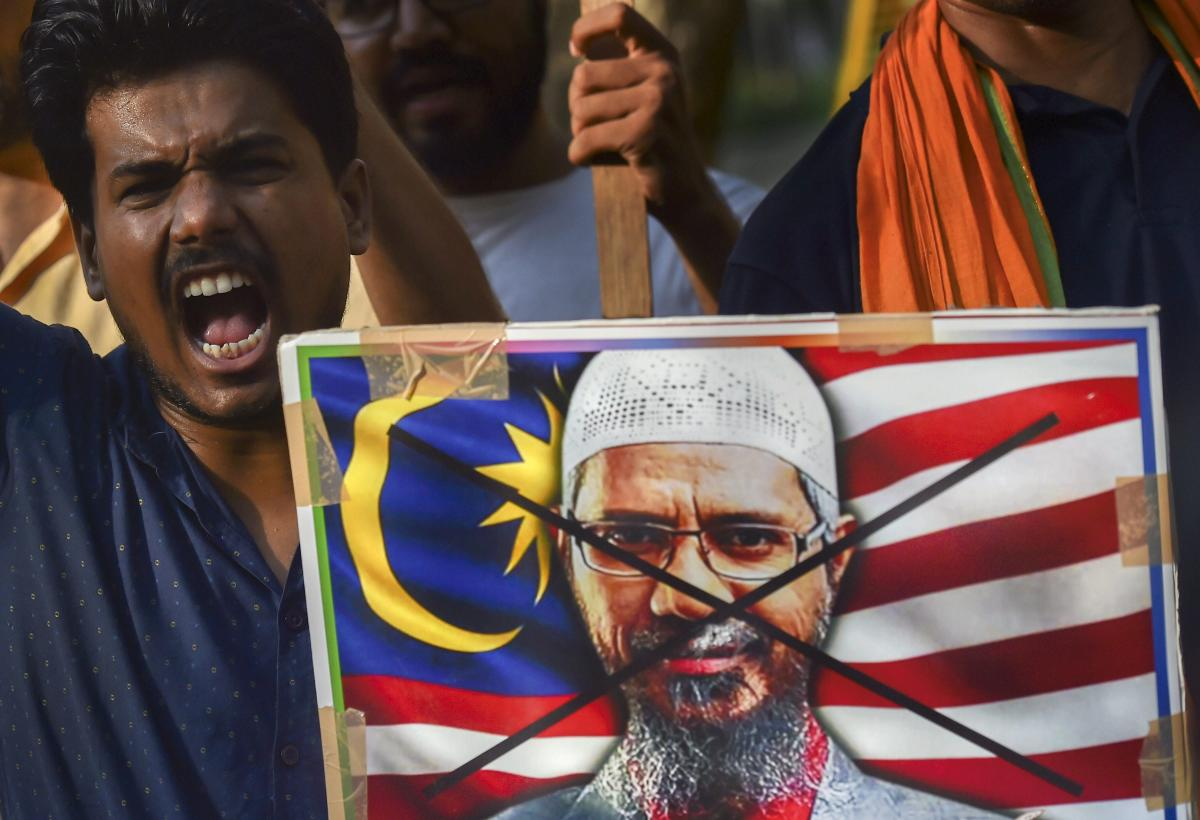 People protest against Malaysian Prime Minister Mahathir Mohamad who ruled out the deportation of the controversial Islamic preacher Zakir Naik to India if he does not create problems in Malaysia, where he has permanent residency status. (PTI File Photo)