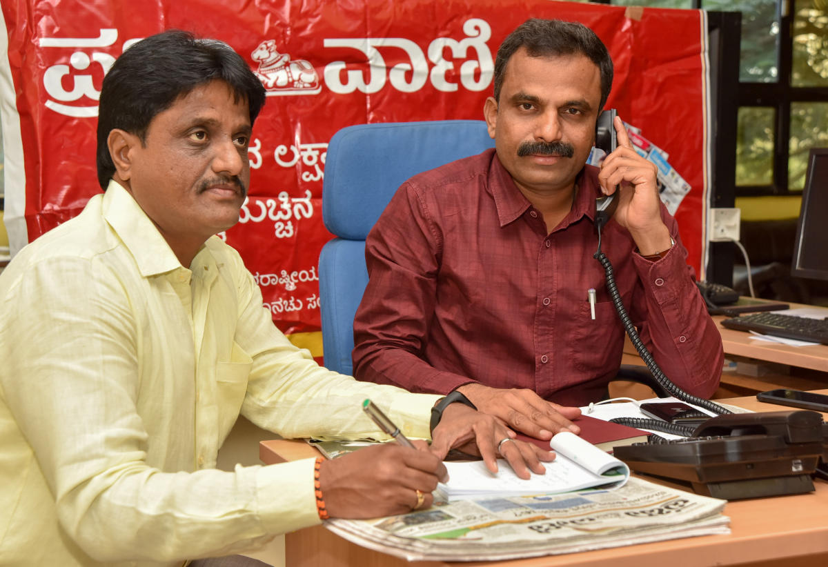 Patient hearing: Mysuru City Corporation Commissioner K H Jagadeesh during the Prajavani phone-in programme, in Mysuru, on Tuesday. MCC Additional Commissioner Shivananda Murthy is seen. DH PHOTO