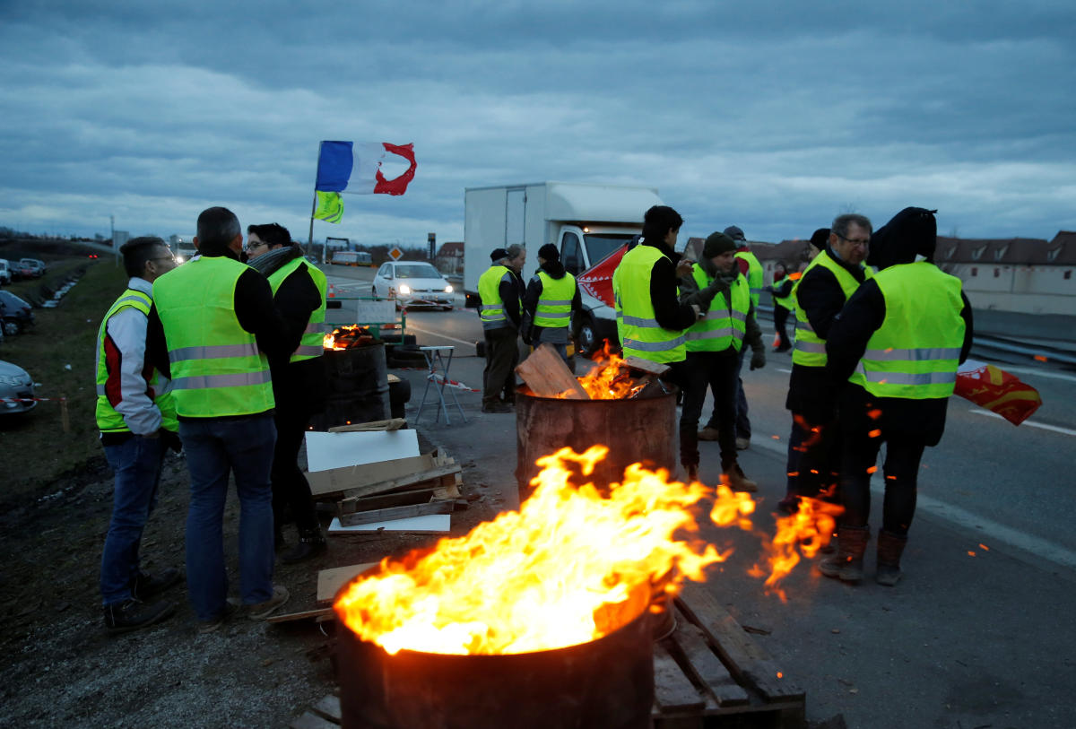 """Protesters wearing yellow vests occupy a roundabout as part of the """"yellow vests"""" protest in Roppenheim, France, December 7, 2018. (REUTERS)"""