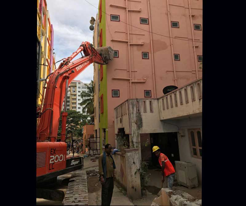 As many as 50 residents of a ground plus five-storeyed residential building had a narrow escape when the building suddenly tilted and leaned to the adjacent building after the ground floor developed cracks in Ashwath Nagar, Marathalli, on Thursday night.