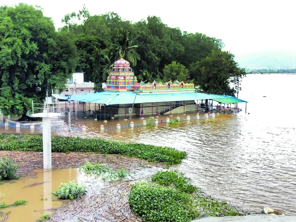 A temple near Korlahalli village of Mundargi taluk in Gadag district is under water following floods in River Tungabhadra. DH Photo