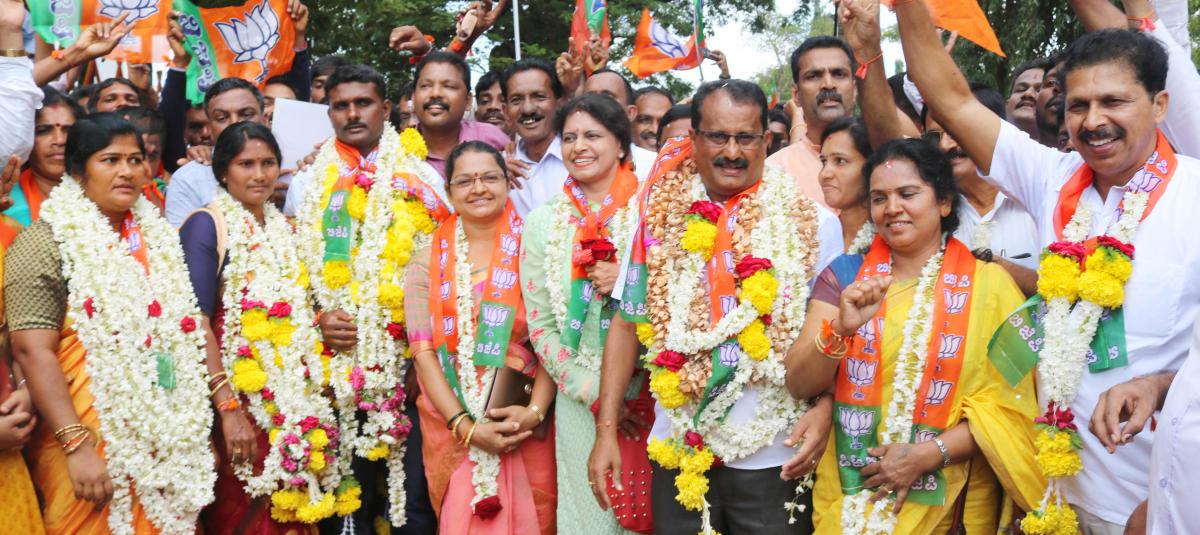 BJP winning candidates in Puttur CMC celebrate the victory with Puttur MLA Sanjeeva Matandoor on Monday.
