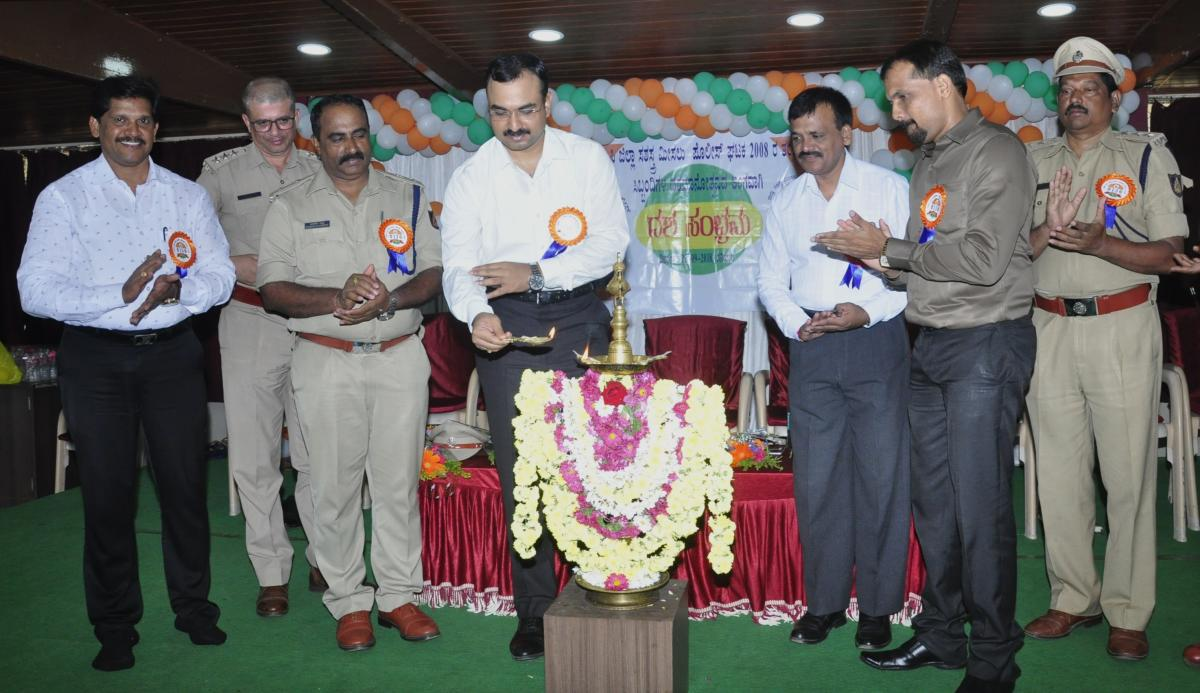 SP Laxman Nimbargi inaugurates an eye and organ donation awareness programme organised as a part of the decennial celebrations of DAR police unit of 2008 batch in Udupi on Saturday.