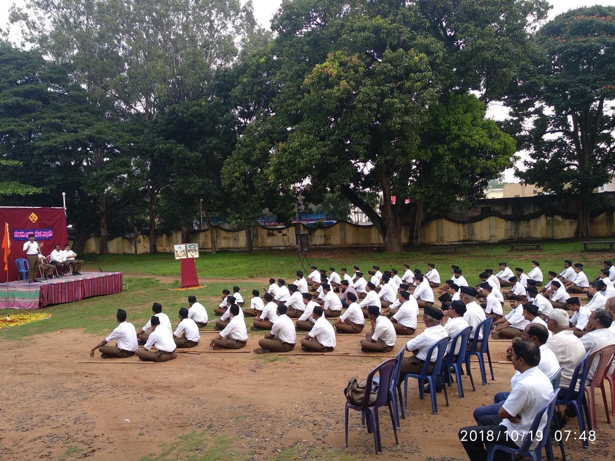 RSS volunteers take part in the Bauddhik held as part of Vijayadashami, at Vani Vilas College, in Nazarbad, Mysuru