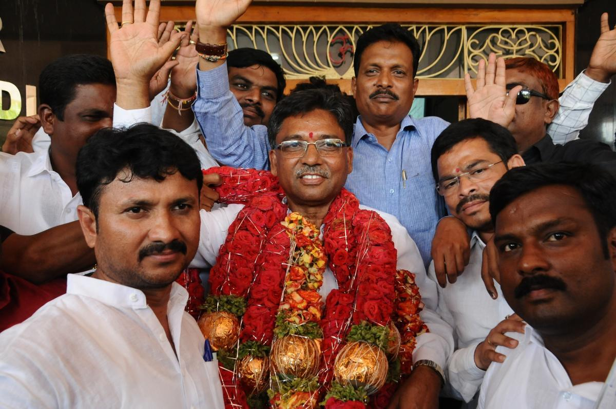 Congress candidate V S Ugrappa celebrates with his supporters after his victory in the Bellary Lok Sabha byelection on Tuesday. dh photo