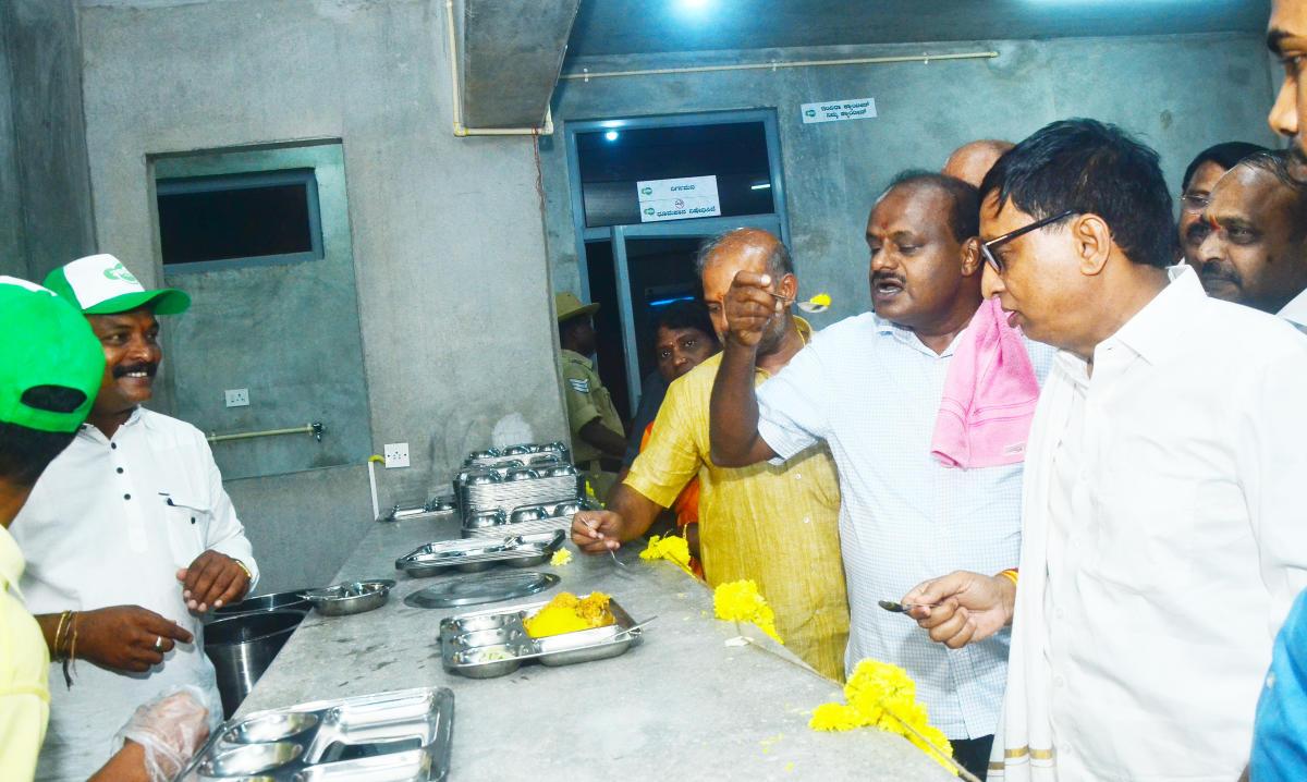 Chief Minister H D Kumaraswamy tastes pulav at the Indira Canteen in Sringeri on Thursday.