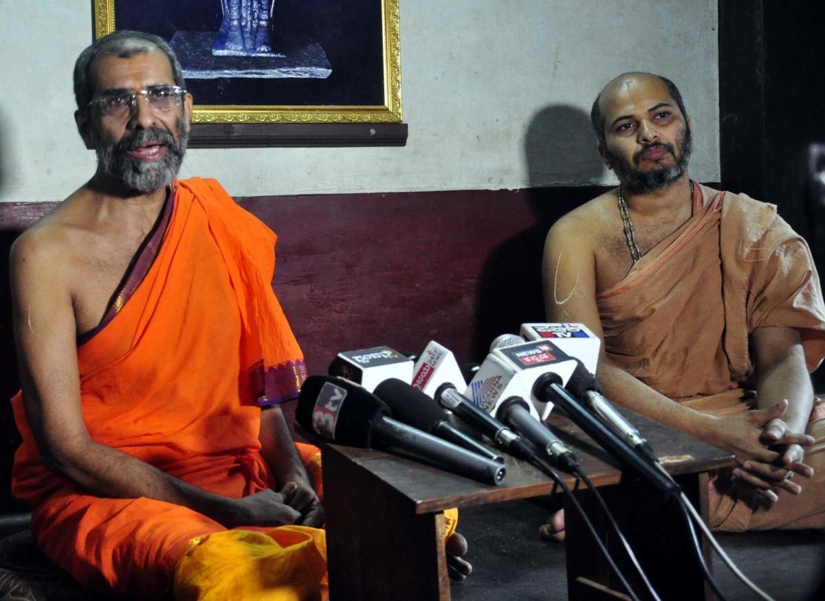 Admaru Mutt seer Sri Vishwapriya Theertha Swami and junior seer Eshapriya Theertha Swami speak to reporters in Udupi on Saturday.