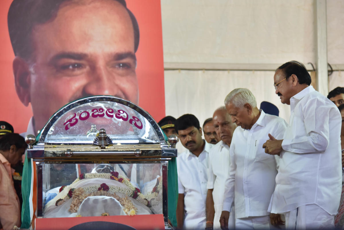 Vice President Venkaiah Naidu, Governor Vajubhai Vala, BJP state president B S Yedyyurappa and MP B Y Raghavendra pay their last respects to Union Minister Ananth Kumar at National College Ground in Bengaluru on Tuesday. DH Photo