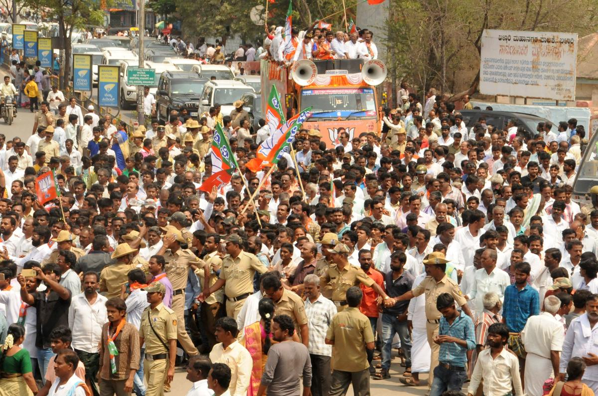 J Shantha, the BJP candidate for Lok Sabha bypolls from Bellary constituency arrives in a procession for submitting nomination, in Ballari on Tuesday. DH Photo.