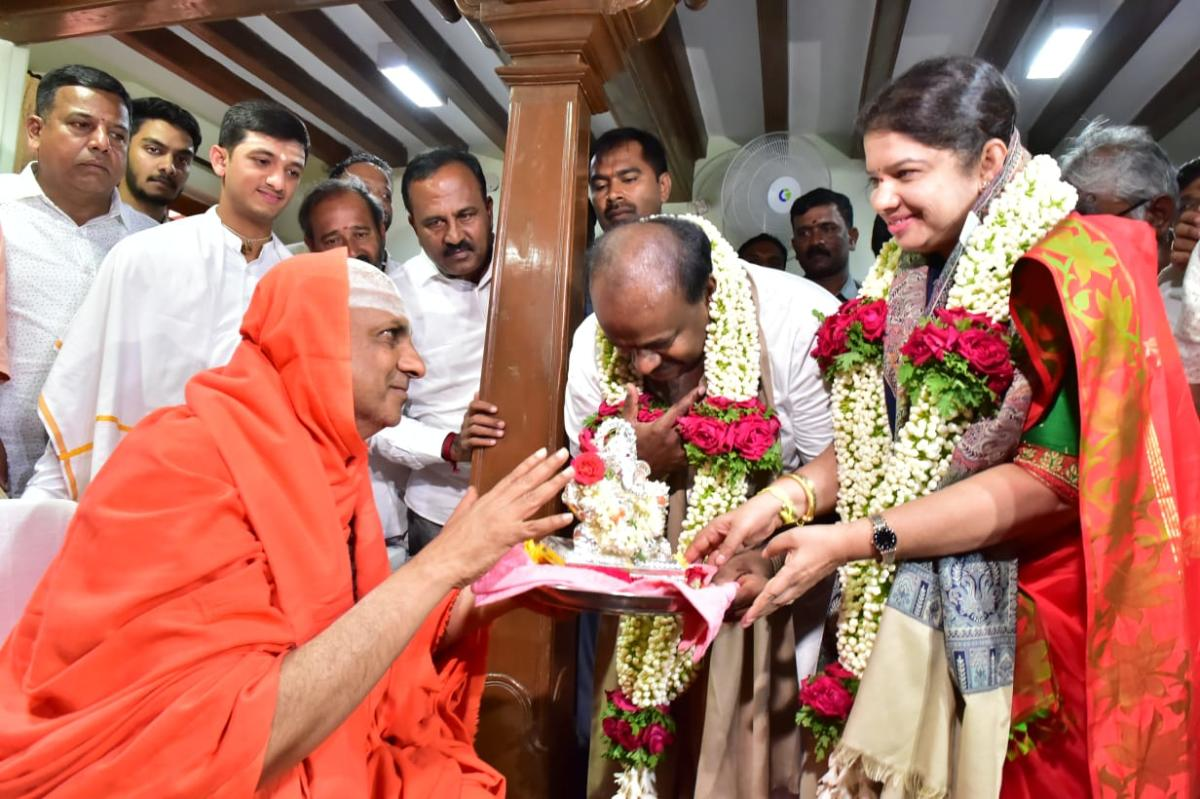 Chief Minister H D Kumaraswamy and his wife Anita Kumaraswamy take blessings of Suttur seer Shivaratri Deshikendra Swamy at Suttur Mutt in Mysuru. DH PHOTO