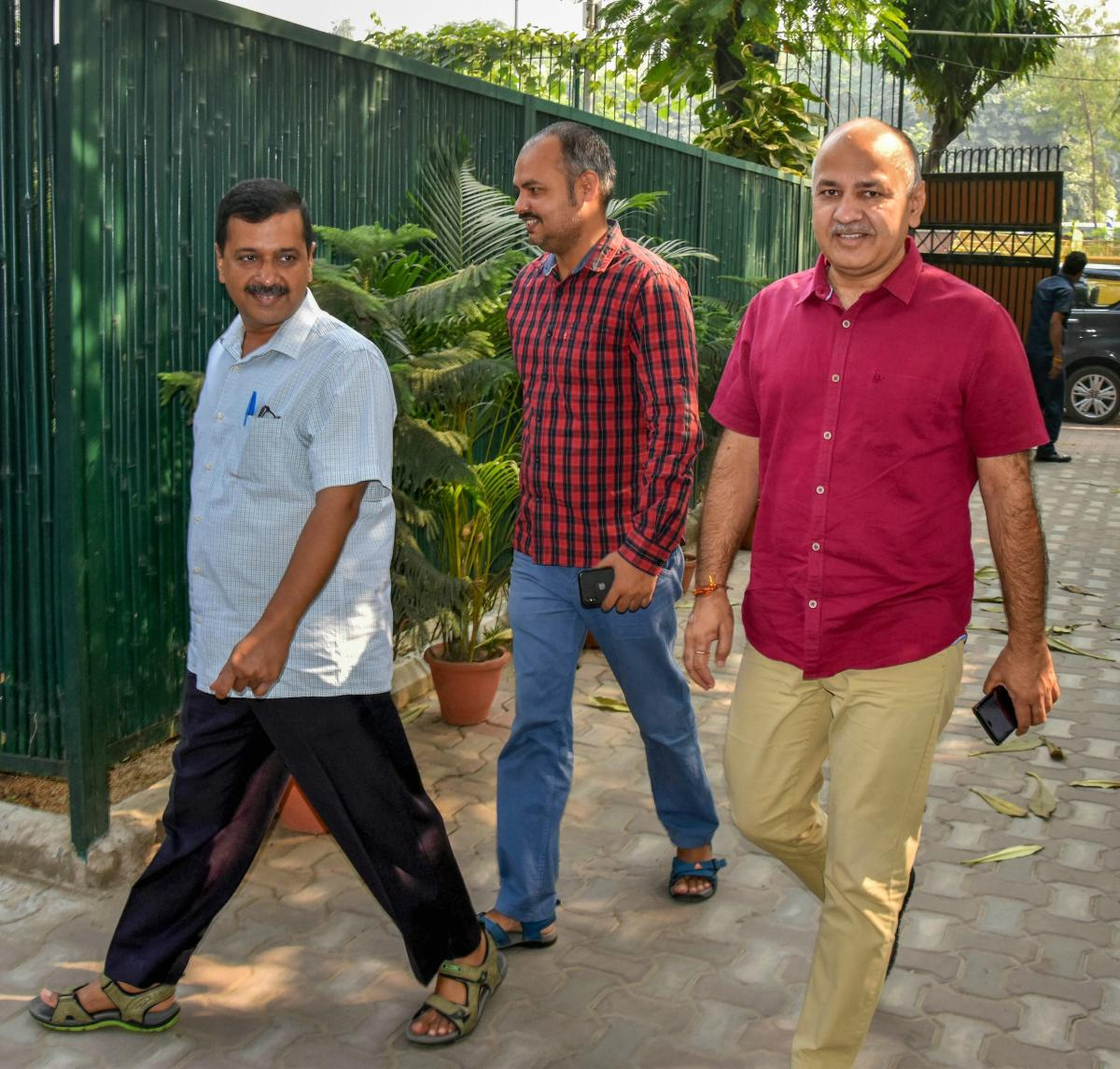 Delhi Chief Minister Arvind Kejriwal (C) and Deputy CM Manish Sisodia (R) arrive at latter's residence, in New Delhi on Thursday. After Patiala house Court granted bail to Kejriwal and Sisodia in the Chief Secretary Anshu Prakash assault case. PTI